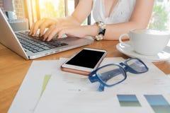 Manos femeninas que trabajan con el ordenador portátil foto de archivo libre de regalías