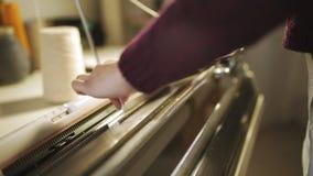 Manos femeninas que trabajan en el telar en taller de costura almacen de metraje de vídeo