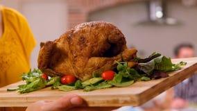 Manos femeninas que traen a una tajadera con el pollo en él almacen de metraje de vídeo
