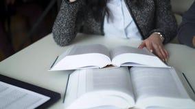 Manos femeninas que vuelcan las páginas de la enciclopedia grande almacen de video