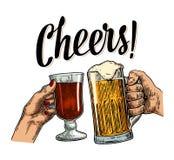 Manos femeninas y masculinas que se sostienen y que tintinean con dos vidrios de la cerveza y vino reflexionado sobre libre illustration