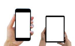 Manos hermosas de la mujer que llevan a cabo el sistema del teléfono elegante, tableta con la pantalla blanca aislada Lugar de tr foto de archivo
