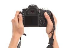 Manos hermosas de la mujer que sostienen una cámara del dslr Fotos de archivo libres de regalías