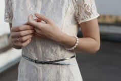 Manos hermosas de la novia de la muchacha Fotografía de archivo libre de regalías