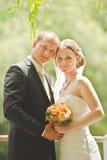 Manos hermosas del control del novio y de la novia Fotografía de archivo