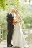 Manos hermosas del control del novio y de la novia Imagen de archivo libre de regalías