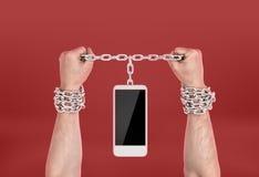 Manos humanas encadenadas al teléfono imagenes de archivo