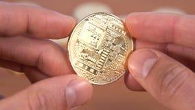 Manos humanas macras estupendas de la moneda de Bitcoin almacen de metraje de vídeo