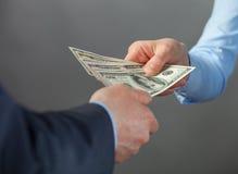 Manos humanas que intercambian el dinero Imágenes de archivo libres de regalías