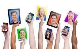 Manos humanas que llevan a cabo los dispositivos de comunicación fotografía de archivo
