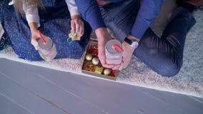 Manos humanas que sostienen la bebida y el pan de jengibre de la Navidad metrajes