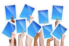 Manos humanas que sostienen las tabletas de Digitaces Foto de archivo libre de regalías