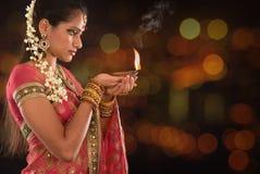 Manos indias de la muchacha que llevan a cabo luces del diwali Fotos de archivo libres de regalías