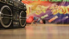 Manos infantiles dinámicamente de baile en la sala de baile almacen de metraje de vídeo