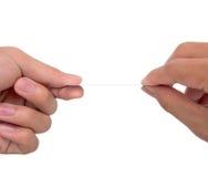 2 manos intercambian una tarjeta blanca Fotos de archivo libres de regalías