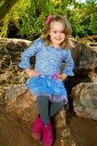 Manos lindas de la muchacha en caderas Imagen de archivo