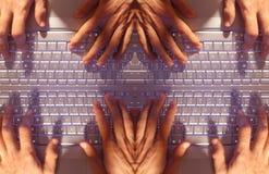 Manos múltiples que pulsan en la computadora portátil Imágenes de archivo libres de regalías