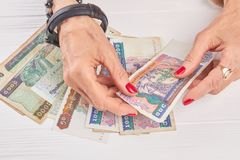 Manos manicured hembra que sostienen el dinero del kyat Foto de archivo libre de regalías