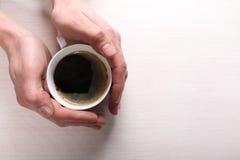 Manos masculinas con la taza de café Foto de archivo