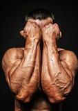 Manos masculinas del bodybuilder fotos de archivo libres de regalías