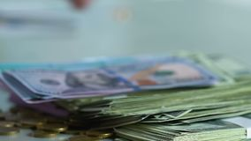 Manos masculinas del primer que toman la porción de dinero, reembolso de la deuda, interés en préstamo metrajes