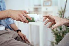 Manos masculinas hermosas que intercambian la droga imágenes de archivo libres de regalías