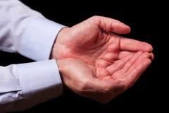Manos masculinas maduras del hombre de negocios así como las palmas vacías para arriba Imagenes de archivo