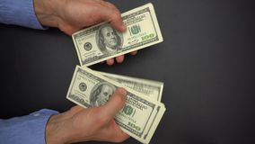 Manos masculinas que cuentan el dinero del efectivo, 100 billetes de dólar, cierre para arriba almacen de video