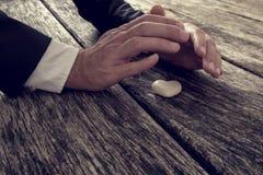 Manos masculinas que hacen gesto que abriga protector sobre un mármol mA Foto de archivo libre de regalías