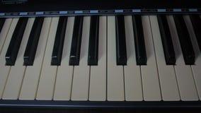 Manos masculinas que juegan el piano Hombre que juega el teclado del sintetizador metrajes