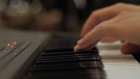 Manos masculinas que juegan el piano almacen de metraje de vídeo