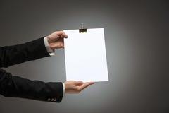 Manos masculinas que llevan a cabo el espacio en blanco vacío Imagen de archivo libre de regalías