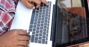 Manos masculinas que mecanografían en el teclado de ordenador almacen de video