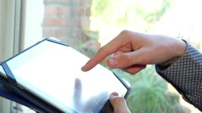 Manos masculinas que mecanografían en la tableta almacen de metraje de vídeo