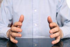 Manos masculinas que miden algo, en blanco Manos que muestran talla fotos de archivo libres de regalías