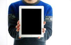Manos masculinas que muestran la pantalla de tableta Fotografía de archivo
