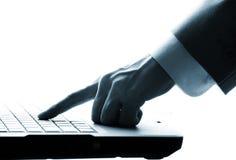 Manos masculinas que pulsan en la computadora portátil Imágenes de archivo libres de regalías