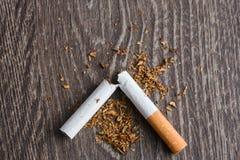 Manos masculinas que rompen un cigarrillo Imagenes de archivo