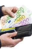 Manos masculinas que sacan el euro 100 de la cartera Fotografía de archivo libre de regalías