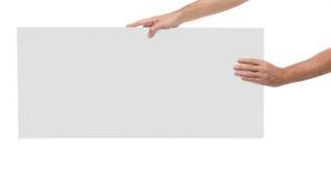 Manos masculinas que sostienen el papel en blanco aislado Fotografía de archivo libre de regalías