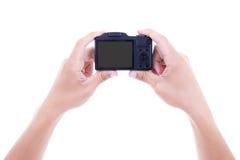 Manos masculinas que sostienen la cámara digital con la pantalla en blanco aislada encendido imagen de archivo libre de regalías