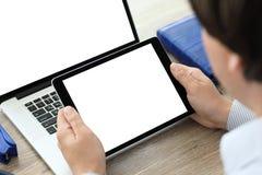 Manos masculinas que sostienen la tableta y el ordenador portátil con aislado en la pantalla Imágenes de archivo libres de regalías