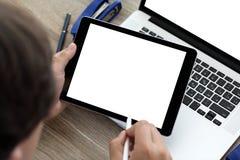 Manos masculinas que sostienen la tableta y el ordenador portátil con aislado en la pantalla Fotos de archivo libres de regalías