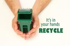 Manos masculinas que sostienen un envase de la basura Imagen de archivo libre de regalías