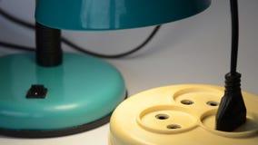 Manos masculinas que tapan una luz del escritorio del vintage almacen de video