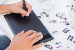 Manos masculinas usando la tableta de gráficos Fotos de archivo