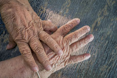 Manos mayores de la señora mayor Foto de archivo libre de regalías