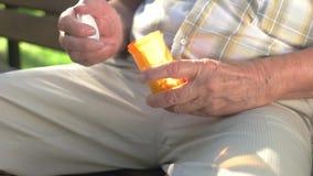 Manos mayores que abren la botella de píldora almacen de metraje de vídeo