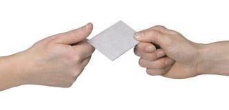 Manos mientras que entrega de la tarjeta del abusiness Foto de archivo libre de regalías