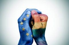 Manos modeladas con las banderas del europeo y del arco iris fotos de archivo